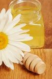 Krus av honung och en sked av honung Royaltyfria Bilder