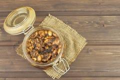 Krus av honung och muttrar Söt fest för snacking Inlagda valnötter i honung Royaltyfri Fotografi
