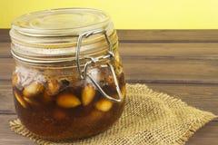 Krus av honung och muttrar Söt fest för snacking Inlagda valnötter i honung Arkivbilder