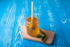 Krus av honung och skeden för honung Royaltyfria Foton