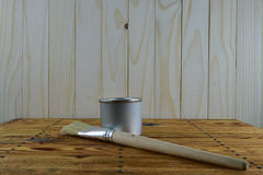 Krus av målarfärg och borsten Arkivbilder