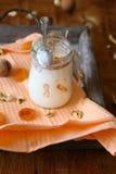 Krus av ny yoghurt på ett gammalt magasin arkivbilder