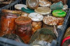 Krus av olika cans som förorenar naturen Arkivfoto