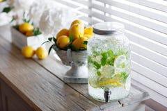 Krus av smaklig ny lemonad med is och mintkaramellen Citroner på bakgrund Arkivbild