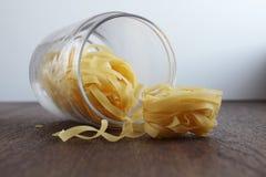 Krus av smaklig pasta på trätabellen royaltyfria foton