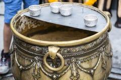 Krus av spiritevatten för folk i den Erawan grevskapet arkivbilder