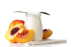 Krus av yoghurt och skivade nektariner fotografering för bildbyråer