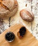 Krus med driftstopp och bröd Arkivfoton