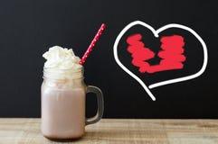 Krus med drinken för varm choklad med den wipped kräm- och röda pappers- stren Arkivfoto