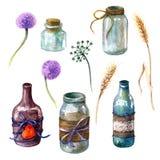 Krus och flaskor som dekoreras i lantlig stil Fotografering för Bildbyråer