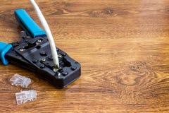 Krusa hjälpmedlet med kabel för datornät Royaltyfria Foton