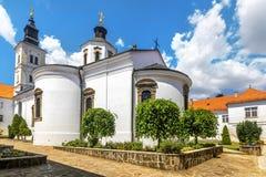 Krusedol kloster, Fruska Gora National Park, Serbien Royaltyfri Fotografi