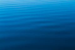 Kräuselungen des blauen Wassers vom Ozean Lizenzfreies Stockbild