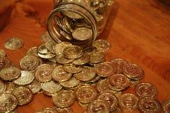 Kruset myntar trätabellen Royaltyfri Foto
