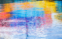 Krusig vattenyttersida med ljusa reflexioner Royaltyfri Fotografi