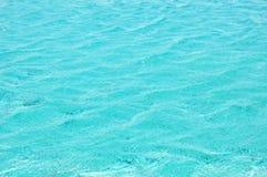 Krusigt blått vatten i simbassäng Arkivfoto