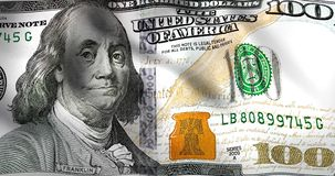 Krusning av USA dollarräkningen Pengar som vinkar som flagga Begrepp av handelkriget och upp ner vänd av ekonomiskt arkivfilmer