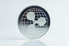 krusning mynt för Crypto valuta för xrp silver, makro som skjutas av krusningsmyntet som isoleras på vit bakgrund, klippta ut Blo arkivfoton