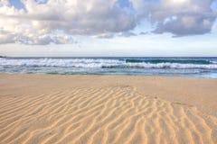 Krusningar i sand på den tropiska stranden Arkivbilder