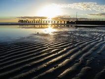Krusningar i sanden på solnedgången Arkivfoton