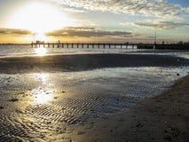 Krusningar i sanden på solnedgången Royaltyfri Foto