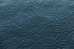 Krusningar i vatten arkivbild