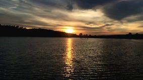Krusningar på vattnet på solnedgången på ultrarapid stock video