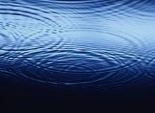 Krusningar som överlappar på vattennärbild Royaltyfri Foto