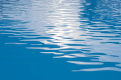 Krusningsbakgrund för blått vatten Royaltyfri Fotografi