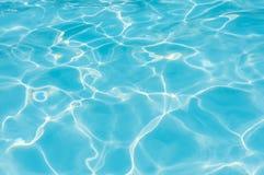 Krusningsvatten i reflexion för simbassängwitnsol Arkivbilder