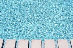 Krusningsvatten i simbassäng Royaltyfria Bilder