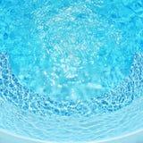 Krusningsvatten i simbassäng med solreflexion Sommarbakgrund för att resa och semester Idyllisk ferie Arkivfoto