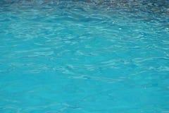 Krusningsyttersida för blått vatten Pölvattenbakgrund Royaltyfri Fotografi