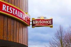 Krusovice, Cszech共和国- 2018年1月01日:Krusovice在纪念品店入口上的啤酒标志 免版税库存图片