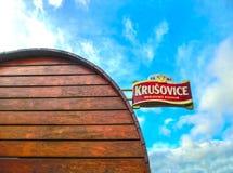 Krusovice, Cszech共和国- 2018年1月01日:Krusovice在纪念品店入口上的啤酒标志 免版税库存照片