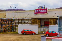 Krusovice Cszech republik - Januari 01, 2018: Det Krusovice öltecknet ovanför souvenir shoppar ingången Royaltyfri Bild