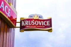 Krusovice Cszech republik - Januari 01, 2018: Det Krusovice öltecknet ovanför souvenir shoppar ingången Arkivbilder