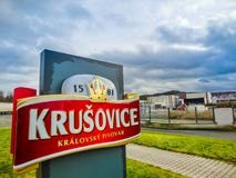 Krusovice Cszech republik - Januari 01, 2018: Det Krusovice öltecknet ovanför souvenir shoppar ingången Fotografering för Bildbyråer