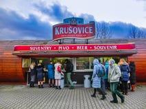 Krusovice Cszech republik - Januari 01, 2018: Det Krusovice öltecknet ovanför souvenir shoppar ingången Arkivfoton