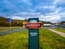 Krusovice Cszech republik - Januari 01, 2018: Det Krusovice öltecknet ovanför souvenir shoppar ingången Royaltyfria Foton