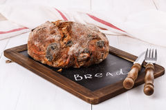 Krustiges Brot auf weißem hölzernem Hintergrund Stockfotos