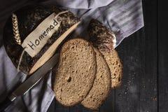 Krustiges Schwarzbrot auf Geschirrtuch Selbst gemachte Etikette auf Brot lizenzfreie stockbilder