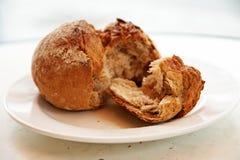 Krustiges Vollkornbrötchen oder Brötchen vom Roggenmehl zum Frühstück Lizenzfreies Stockfoto