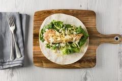 Kruszący kurczaka Tortilla opakunek fotografia stock
