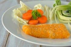 Kruszący rybi polędwicowy słuzyć na talerzu zdjęcie royalty free