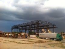 Kruszcowa budowa w chmurnej pogodzie zdjęcia stock