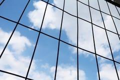 Kruszcowa druciana siatka z niebem na tle Obraz Stock