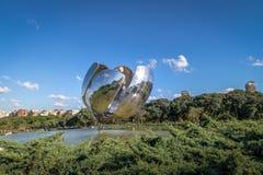 Kruszcowa kwiat rzeźba Floralis Generica przy Placem De Las Naciones Unidas w Recoleta sąsiedztwie - Buenos Aires, Argentyna fotografia royalty free