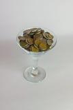 Kruszcowa moneta Martini na białym tle i wineglass Obraz Royalty Free