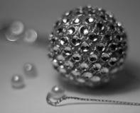 Kruszcowa piłka z odbiciem i bokeh obrazy royalty free